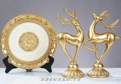Cặp hươu vàng và đĩa ngọc là món quà tặng đầy ý nghĩa